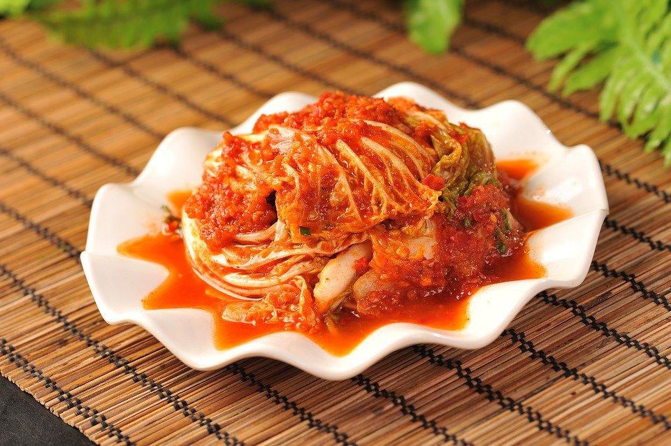 kimchi, un piatto di cavolo fermentato in aglio e peperoncino