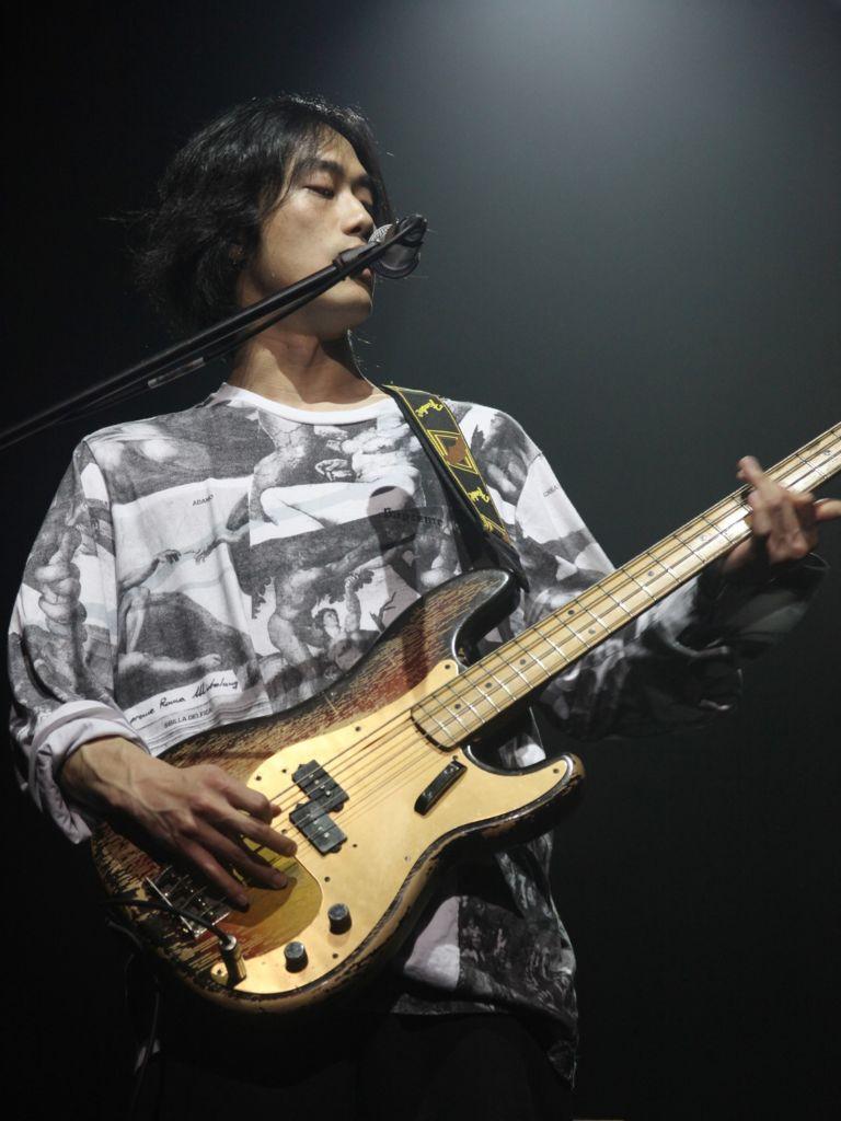 Il bassista di Hyukoh, indie rock band sud coreana