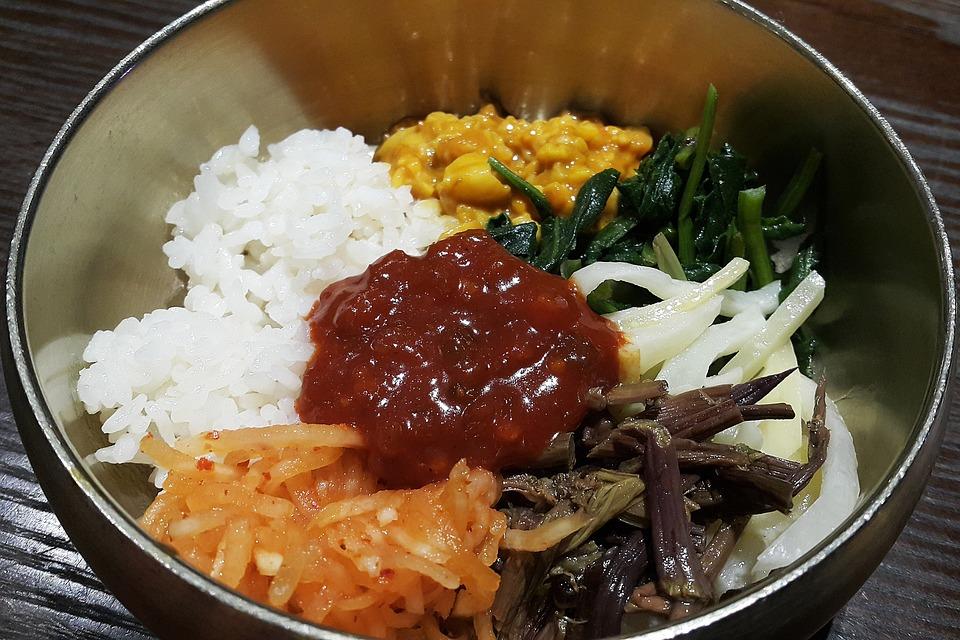 Piatto coreano piccante di riso e verdure
